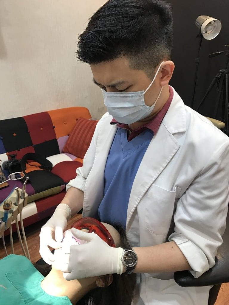 前牙美學專家-沈志容醫師推薦案例-網紅克萊兒牙齒美白全記錄-每次沈醫師都很認真檢查牙齒