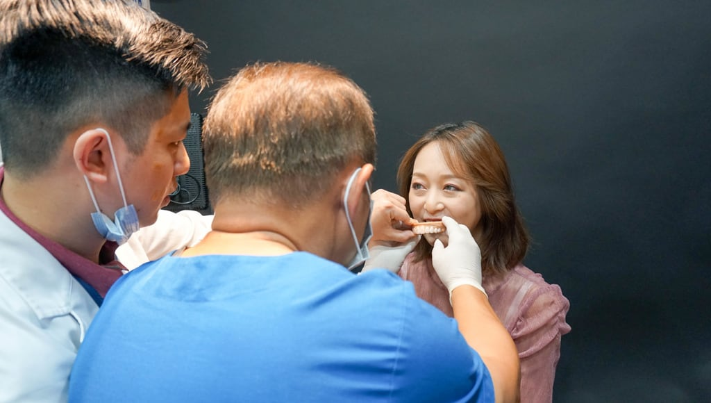前牙美學專家-沈志容醫師推薦案例-網紅克萊兒牙齒美白全記錄-沈醫師與齒模師討論臨時假牙狀況