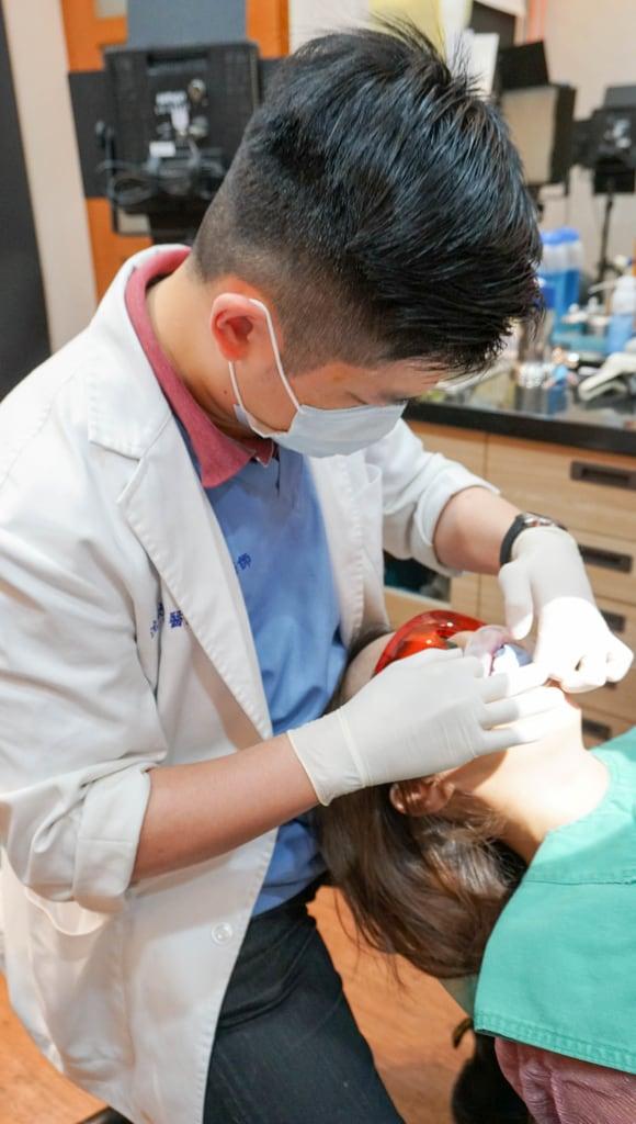製作上排牙齒的臨時牙套假牙