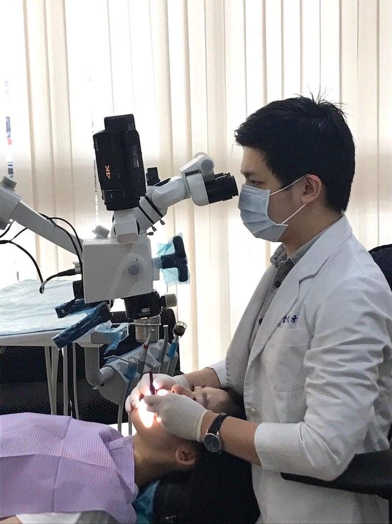 瓷牙貼片流程-一日美齒-海外牙齒美白推薦牙醫-沈志容醫師-使用牙科專用高倍數顯微鏡進行微創修磨